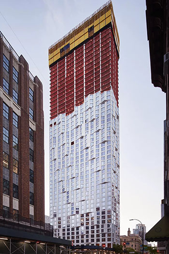 As the tower tops out, the façade has come into view. © Tom Harris courtesy of Studio Gang.