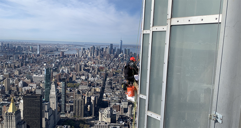 The construction team, suspended on industrial ropes, had to contend with high wind gusts. (Courtesy the Empire State Realty Trust)